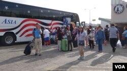 华人游客在洛杉矶准备搭大巴前往黄石公园(美国之音国符拍摄)