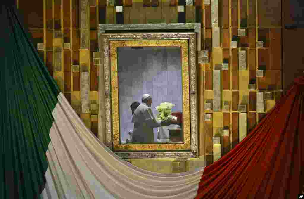 Papa Francisco rezando durante missa na cidade do México.