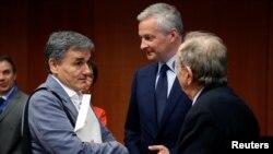 رونو لومر وزیر اقتصاد فرانسه، ایستاده در وسط