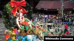 Ông già Noel trên xe trượt tuyết được kéo bởi các con tuần lộc trong cuộc diễu hành lễ Tạ ơn của Macy tại thành phố New York.