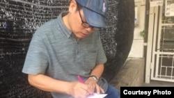 Tấm ảnh do ông Bạch Hồng Quyền cung cấp cho VOA để chứng minh rằng ông Trương Duy Nhất đã có mặt tại Thái Lan và đang viết đơn xin quy chế tị nạn với Cao ủy Tị nạn LHQ vào ngày 25/1/2019.