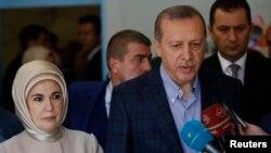 土耳其總統埃爾多安(右)在投票後接受記者訪問