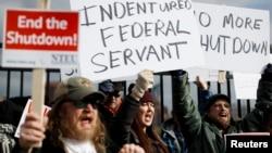 Сотрудники Налоговой службы США вышли на акцию протеста с требованием возобновить работу федерального правительства. Ковингтон, Кентукки, 10 января