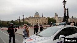 Polisi memperketat penjagaan di sekitar Markas Besar Kepolisian Perancis di Paris, 3 Oktober 2019.