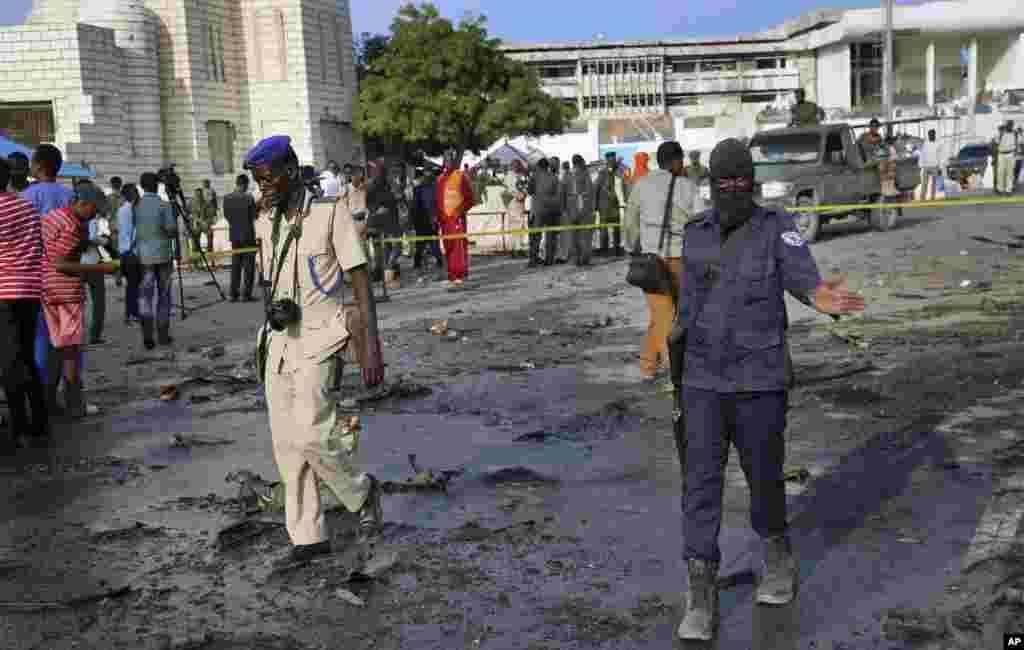 Les forces de sécurité se rendent sur les lieux après l'explosion d'une voiture piégée près du Parlement, à Mogadiscio, en Somalie, le 25 mars 2018.