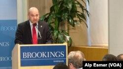 2013年9月18日,伊拉克驻美大使盧克曼.菲利在華盛頓的布魯金斯研究所发表演讲。