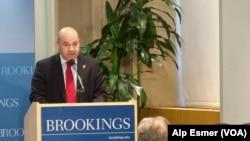 2013年9月18日,伊拉克驻美大使卢克曼•菲利在华盛顿的布魯金斯研究所发表演讲。