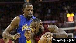 Kevin Durant (à gauche) contre LeBron James.
