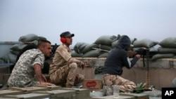Các lực lượng an ninh Iraq giao tranh với các phần tử cực đoan nhóm Nhà nước Hồi giáo trong khu Qadisiyah ở Tikrit, 12/3/15
