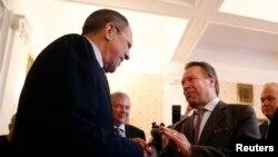 4일 라브로프 러사어 외무장관(왼쪽)이 모스크바를 방문한 유럽안보협력기구(OSCE) 의원총회의 일카 카네르바 의장을 환영하고 있다.
