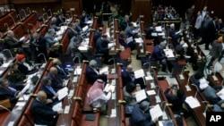 Các thành viên của Ủy ban Ai Cập biểu quyết về dự thảo hiến pháp tại Cairo.