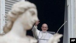 El papa Francisco saluda desde la ventana de su estudio a los peregrinos reunidos en la Plaza de San Pedro, en Roma, el domingo 20 de enero de 2019, para la oración del Angelus al mediodía.