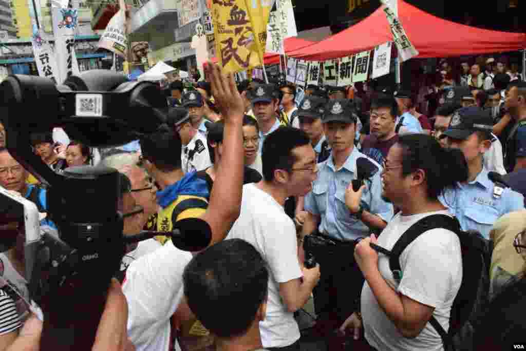 不同意見人士在本土派熱血公民街站發生爭執,警員到場調停 (美國之音 湯惠芸攝)
