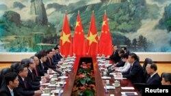 Chủ tịch Trung Quốc Tập Cận Bình (thứ 3 bên phải) hội đàm với Thủ tướng Việt Nam Nguyễn Xuân Phúc (thứ 4 bên trái) tại Đại lễ đường Nhân dân ở Bắc Kinh, 13/9/2016.