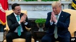 Tổng thống Trump và Thủ tướng Ireland Leo Varadkar bông đùa về chuyện không bắt tay trong cuộc gặp ở Nhà Trắng hôm 12/3.