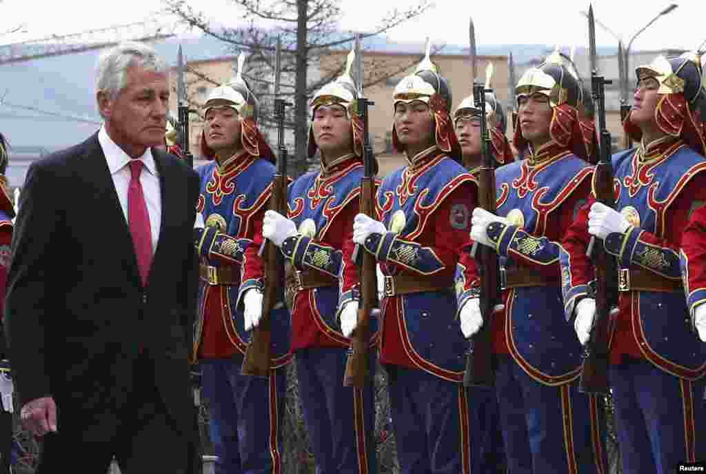 Bộ trưởng Quốc phòng Mỹ Chuck Hagel duyệt hàng binh danh dự trong một buổi lễ tiếp đón tại Bộ Quốc phòng Mông Cổ ở Ulaanbaatar.