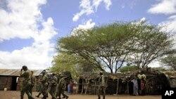 Majeshi ya Kenya yakifanya msako katika kijiji kimoja karibu na Liboi kwenye mpaka wao na Somalia.