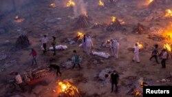 Watu wakisubiri kuchoma moto miili ya waliokufa kutokana na janga la corona katika eneo la Wahindu la kuchomea maitiNew Delhi, India, April 23, 2021. REUTERS/Danish Siddiqui