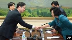남북한이 10일 판문점에서 장관급 회담을 위한 실무접촉을 마치고, 12일부터 이틀간 서울에서 당국간 회담을 갖기로 합의했다. 10일 합의믈 마친 한국의 천해성 통일부 통일정책실장(왼쪽)과 북한의 김혜성 조평통 부장이 악수를 나누고 있다.