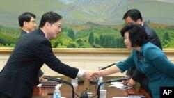 南北韓雙方與會代表在會後握手