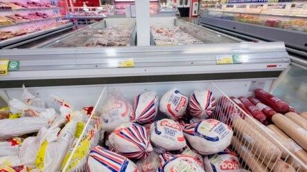 Các sản phẩm thịt nhập khẩu bày bán trong một siêu thị ở thành phố Novosibirsk của Nga. Nga cấm nhập khẩu các sản phẩm thịt từ Bắc Mỹ, châu Âu, Australia có phần chắc sẽ dẫn đến việc các kệ hàng trong các cửa hàng sẽ trống không