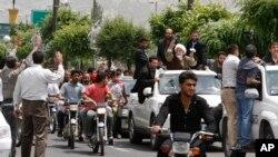 伊朗改革派总统候选人马赫迪·卡鲁比(右白色缠头巾者)抵达道鲁德(Doroud)开展竞选活动。道鲁德位于伊朗首都德黑兰西南约315公里。(资料照片,2009年5月27日)