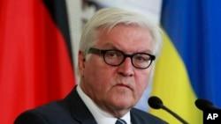 Menteri Luar Negeri Jerman Frank-Walter Steinmeier dalam konferensi pers gabungan di Kyiv, Ukraina (29/5). (AP/Sergei Chuzavkov)