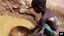 Un enfant cherche de l'or en Guinée, le 27 avril 2008. (AP Photo/Rukmini Callimachi)