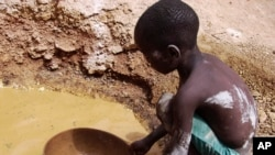 Abou Keita, âgé d'environ 5 ans, recherche de l'or à la mine Djikouloumba, près de la région de Kankan, en Guinée, 27 avril, 2008.