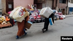 Des femmes marocaines transportant de lourdes charges depuis Melilla en Espagne, Beni Ansar, Maroc, le 18 juillet 2017.