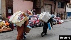 Des femmes marocaines transportant des marchandises, à Beni Ansar, au Maroc, le 18 juillet 2017.