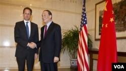 Menkeu AS, Timothy Geithner (kiri) berjabat tangan dengan Wakil Presiden Tiongkok Wang Qishan di Wisma Diaoyutai, Beijing (10/1).