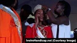 Loukou Getheme, lauréate du concours miss handicap 2018, au centre, est couronnée à Abidjan, Côte d'Ivoire, 26 mai 2018. (IvoireHandicap.net)