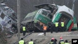 波蘭列車相撞事故現場﹐車廂傾覆。