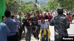 Người bị thương được đưa tới xe cứu thương tại huyện Lô Sơn, ngày 20/4/2013.