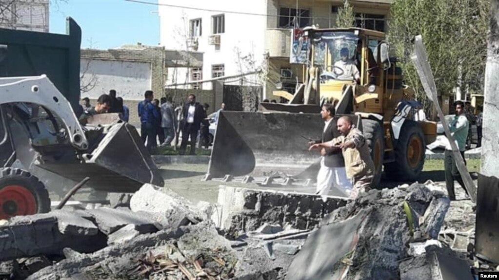 Çabahar şehri polis merkezine bombalı araçla intihar saldırısı düzenlendi.