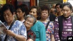 中国人在银行外面排队。何清涟认为中国的银行不会发生挤兑危机。