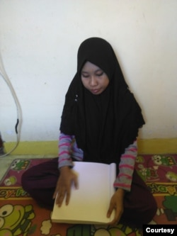 Miftah Hilmy Afifah Mahasiswa Tunanetra Jurusan Fikom 19 Universitas Teknologi Sumbawa. (Foto courtesy: privat)