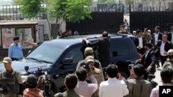巴基斯坦前總統穆沙拉夫4月18日乘坐汽車離開伊斯蘭堡的法庭。