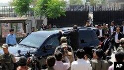Xe chở ông Musharraf rời khỏi Tòa án Tối cao ở Islamabad, ngày 18/4/2013.