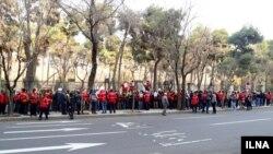 حدود ۳۰۰ آتش نشان در تهران اعتراض کردند