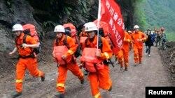 Lực lượng cứu hộ chạy qua đống đổ nát để đến các khu vực hẻo lánh trong tỉnh Tứ Xuyên, ngày 21/4/2013.
