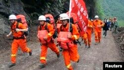21일 강진이 발생한 중국 쓰촨성 피해 현장으로 달려가는 구조대.