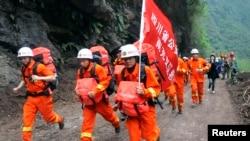 Regu penolong berlari menuju wilayah Baoxing yang terisolasi, sehari gempa mengguncang Ya'an, propinsi Sichuan (21/4).