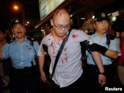 警察协助一名在旺角声援占中被反占中人士用硬物袭击受伤的男子