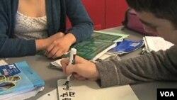 Estudiantes estadounidenses aprendiendo chino.