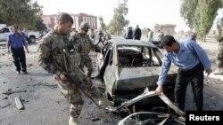 Petugas keamanan Kurdi menginspeksi lokasi kejadian bom mobil di Kirkuk, 250 kilometer sebelah utara Baghdad (19/4). Enam ledakan bom menghantam kota-kota utara Irak, menewaskan sedikitnya delapan orang dan melukai 32 warga (Foto: dok).