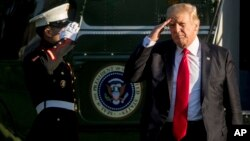 Presiden Donald Trump tiba di sisi selatan halaman Gedung Putih, Washington DC, 18 April 2017. (AP Photo/Andrew Harnik)