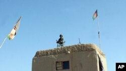Seorang prajurit Afghanistan berjaga-jaga di titik pemeriksaan di distrik Nad Ali, provinsi Helmand, Afghanistan, 22 Desember 2015.
