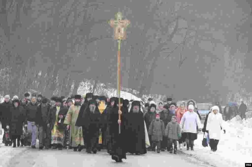 Крестный ход из Мгарского Спасо-Преображенского монастыря (Полтавская область). Жители города Лубны и окрестных сел идут к реке Сула